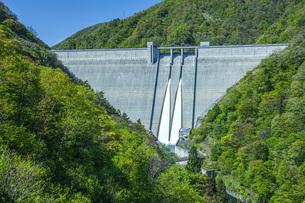 新緑の長井ダムの写真素材 [FYI04858566]