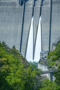 新緑の長井ダムの写真素材 [FYI04858567]