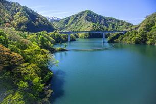 新緑のながい百秋湖の写真素材 [FYI04858577]