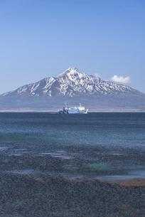 雪の残る利尻富士と進むフェリーの写真素材 [FYI04858621]