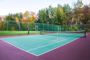 テニスコートと紅葉の写真素材 [FYI04858629]