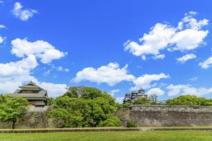 熊本城「復興再建完了の天守閣」二の丸広場より熊本城風景の写真素材 [FYI04858698]