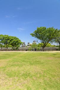 熊本城「復興再建完了の天守閣」二の丸広場より熊本城風景の写真素材 [FYI04858712]