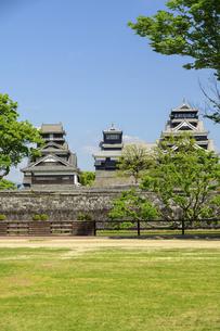 熊本城「復興再建完了の天守閣」二の丸広場より熊本城風景の写真素材 [FYI04858713]