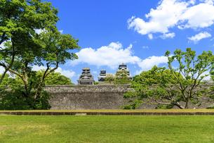 熊本城「復興再建完了の天守閣」二の丸広場より熊本城風景の写真素材 [FYI04858723]