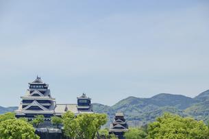 熊本城「復興再建完了の天守閣」ビル屋上より山並み背景に熊本城正面撮影の写真素材 [FYI04858842]