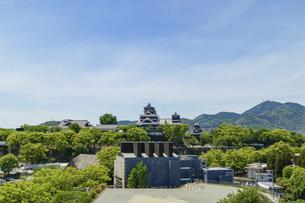熊本城「復興再建完了の天守閣」ビル屋上より山並み背景に熊本城正面撮影の写真素材 [FYI04858843]