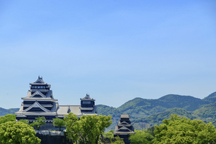 熊本城「復興再建完了の天守閣」ビル屋上より山並み背景に熊本城正面撮影の写真素材 [FYI04858844]