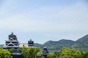 熊本城「復興再建完了の天守閣」ビル屋上より山並み背景に熊本城正面撮影の写真素材 [FYI04858845]