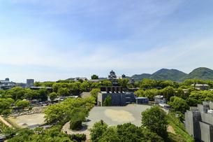 熊本城「復興再建完了の天守閣」ビル屋上より山並み背景に熊本城正面撮影の写真素材 [FYI04858846]