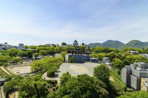 熊本城「復興再建完了の天守閣」ビル屋上より山並み背景に熊本城正面撮影の写真素材 [FYI04858847]
