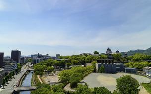 熊本城「復興再建完了の天守閣」ビル屋上より山並み背景に熊本城正面撮影の写真素材 [FYI04858849]