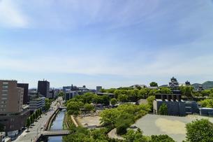 熊本城「復興再建完了の天守閣」ビル屋上より山並み背景に熊本城正面撮影の写真素材 [FYI04858850]