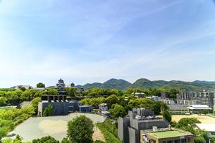 熊本城「復興再建完了の天守閣」ビル屋上より山並み背景に熊本城正面撮影の写真素材 [FYI04858851]