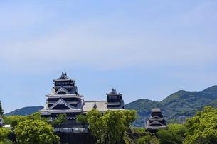熊本城「復興再建完了の天守閣」ビル屋上より山並み背景に熊本城正面撮影の写真素材 [FYI04858853]