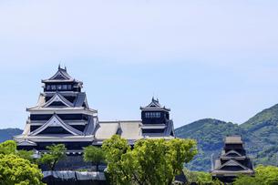 熊本城「復興再建完了の天守閣」ビル屋上より山並み背景に熊本城正面撮影の写真素材 [FYI04858856]