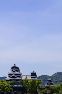 熊本城「復興再建完了の天守閣」ビル屋上より山並み背景に熊本城正面撮影の写真素材 [FYI04858859]