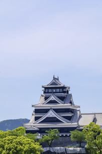 熊本城「復興再建完了の天守閣」ビル屋上より山並み背景に熊本城正面撮影の写真素材 [FYI04858860]