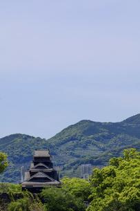 熊本城「復興再建完了の天守閣」ビル屋上より山並み背景に熊本城正面撮影の写真素材 [FYI04858861]