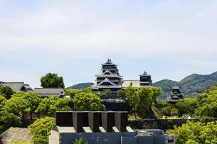 熊本城「復興再建完了の天守閣」ビル屋上より山並み背景に熊本城正面撮影の写真素材 [FYI04858862]