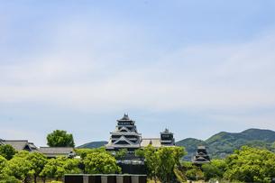 熊本城「復興再建完了の天守閣」ビル屋上より山並み背景に熊本城正面撮影の写真素材 [FYI04858867]