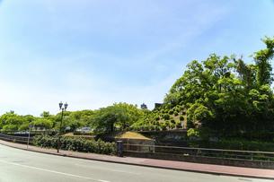 熊本城「復興再建完了の天守閣」路上より撮影の写真素材 [FYI04858877]