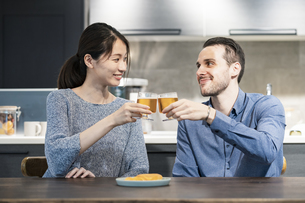 ビールで乾杯する若い男女の写真素材 [FYI04858970]
