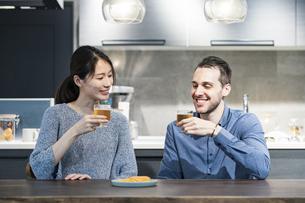 ビールで乾杯する若い男女の写真素材 [FYI04858972]