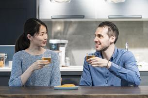 ビールで乾杯する若い男女の写真素材 [FYI04858973]