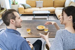 談笑するカップル・夫婦のイメージ写真の写真素材 [FYI04858974]