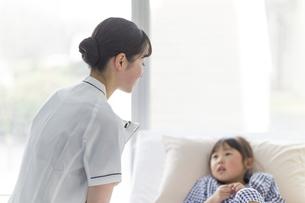 看護師さんと女の子の写真素材 [FYI04858995]
