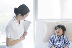 看護師さんと男の子の写真素材 [FYI04859002]