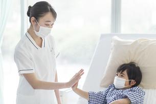 看護師さんと男の子の手の写真素材 [FYI04859013]