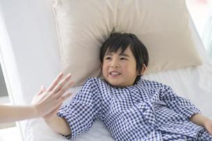 看護師さんと男の子の手の写真素材 [FYI04859015]