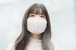 マスク姿の若い女性の写真素材 [FYI04859021]