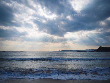 光のさす海の写真素材 [FYI04859098]