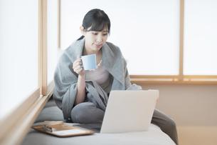在宅で仕事をする女性の写真素材 [FYI04859260]