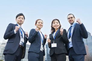 応援のポーズをするビジネスチームの写真素材 [FYI04859264]