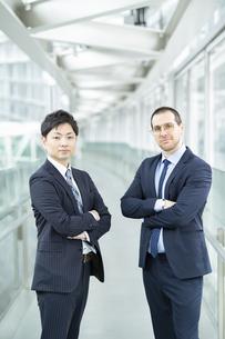アジア人とヨーロッパ人のビジネスマンの写真素材 [FYI04859267]