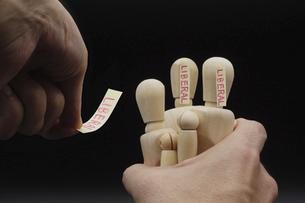 デッサン人形を一つにまとめてレッテルを貼るの写真素材 [FYI04859296]