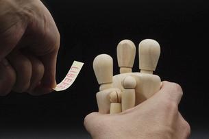 デッサン人形を一つにまとめてレッテルを貼るの写真素材 [FYI04859514]