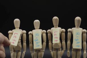 一列に並んだデッサン人形に古い概念のレッテルを貼ってゆくの写真素材 [FYI04859523]