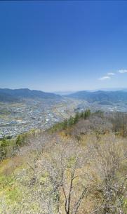 葛尾城跡の桜と坂城市街の写真素材 [FYI04859671]
