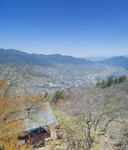 葛尾城跡の桜と坂城市街の写真素材 [FYI04859674]