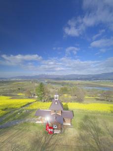 菜の花畑と輝く寄楽舎と斑尾山と千曲川の写真素材 [FYI04859713]