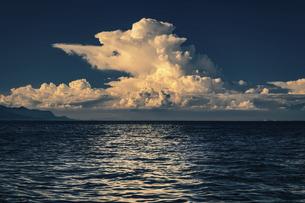 【夏】入道雲が浮かんでいる海の自然風景 香川県の写真素材 [FYI04859744]