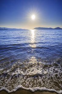 【自然風景】波が押し寄せる夏の海と青空 縦構図の写真素材 [FYI04859859]