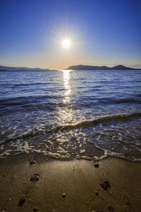 【自然風景】波が押し寄せる夏の海と青空 縦構図の写真素材 [FYI04859860]