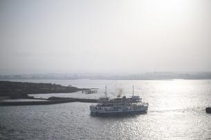 錦江湾の鹿児島港と桜島港フェリーターミナルを結ぶ桜島フェリーの写真素材 [FYI04859878]