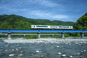 鉄橋をゆく電車の写真素材 [FYI04859951]